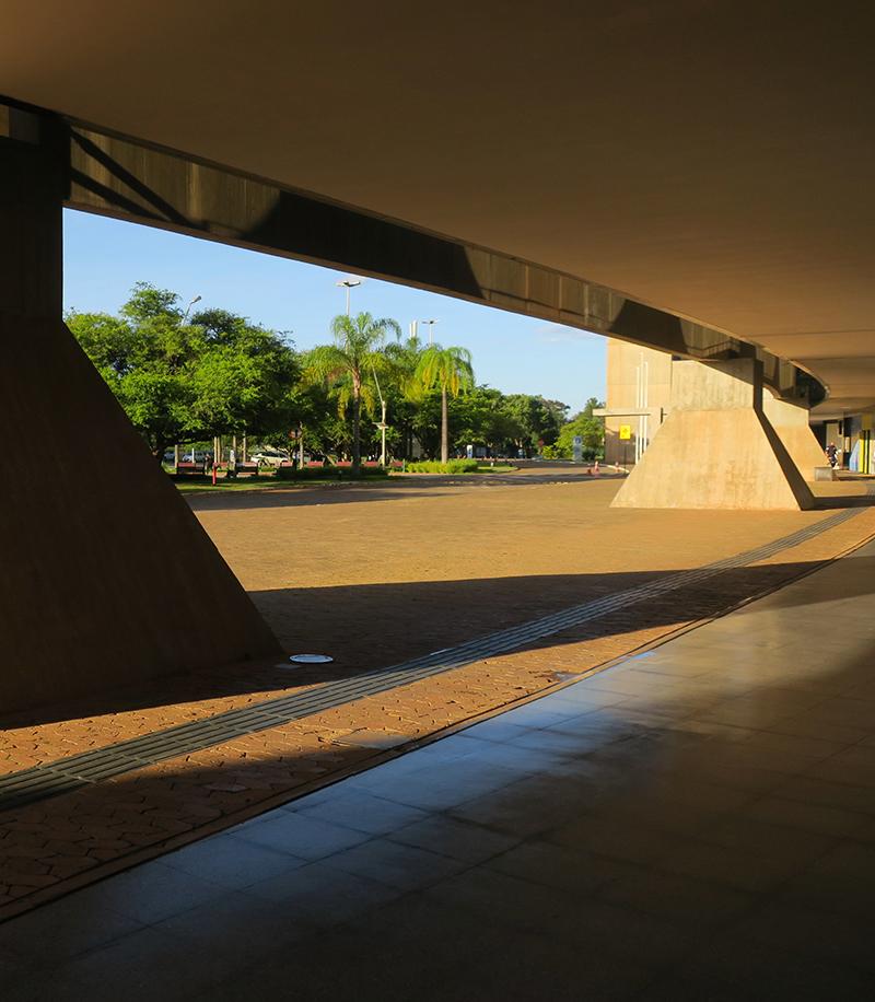 Pilotis - edifício Tancredo Neves - Foto - Tatiana Duarte - corte